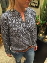 salg af Dagny skjorte bluse i blå med rød møns.