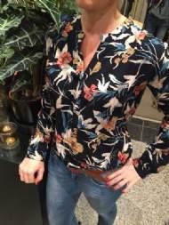 salg af Dagny skjorte bluse i sort med blomster