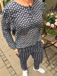 salg af Dagny Skjorte i blå med flæser ved ærmer