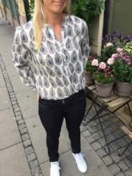 salg af Dagny Skjorte i Kit farvet med blad møns.