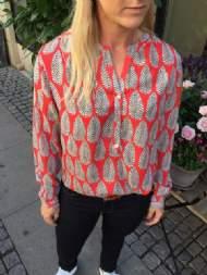 salg af Dagny Skjorte i rød med blad møns.