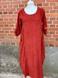 salg af Janne K Fløjls lang kjole i brændt orange