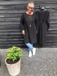 salg af Janne K Hør kjole i kraftigt kvalitet i sort